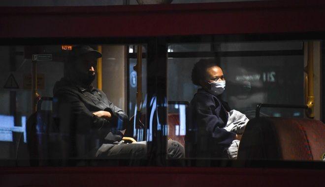 Γυναίκα με μάσκα σε λεωφορείο, Λονδίνο