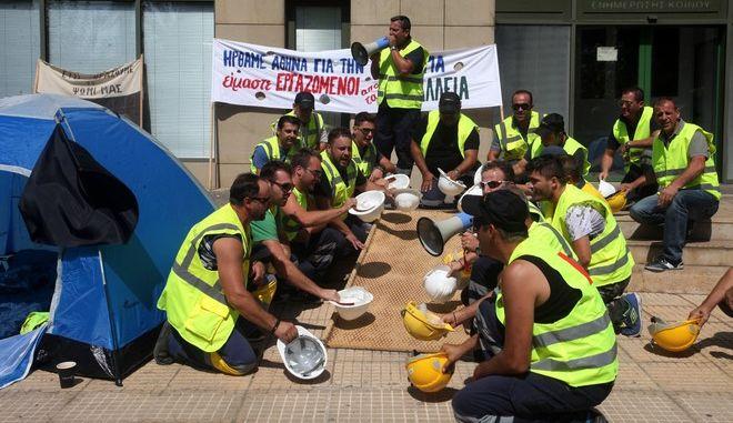 Διαμαρτυρία μεταλλωρύχων από τις Σκουριές έξω από το υπουργείο Περιβάλλοντος την Τετάρτη 9 Σεπτεμβρίου 2015.  (EUROKINISSI/ΑΛΕΞΑΝΔΡΟΣ ΖΩΝΤΑΝΟΣ)