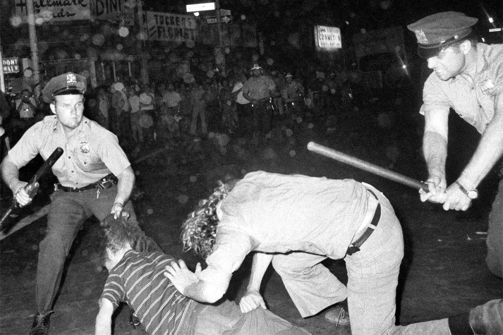 Αστυνομικοί χτυπούν γκέι διαδηλωτές στο Greenwich Village, ύστερα από Gay Pride παρέλαση στις 31 Αυγούστου του 1970 στη Νέα Υόρκη.