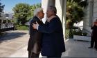 Ο Νίκος Κοτζιάς υποδέχεται στο υπουργείο Εξωτερικών τον Προκόπη Παυλόπουλο