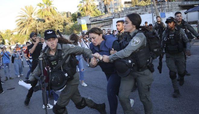 Η σύλληψη ανταποκρίτριας του τηλεοπτικού δικτύου Αλ Τζαζίρα.