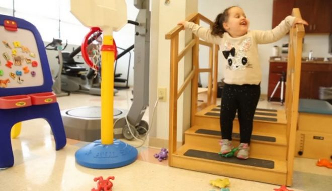 Κοριτσάκι με σπάνια γενετική ανωμαλία περπατά πρώτη φορά μόνη της