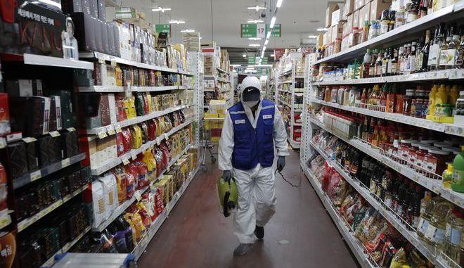 Απολύμανση σε σούπερ μάρκετ στη Σεούλ