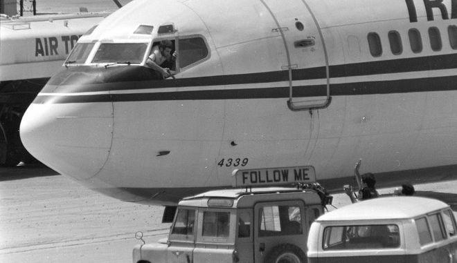 Ένας εκ των Λιβανέζων αεροπειρατών της πτήσης 847 της TWA απειλεί με πιστόλι συνεργείο δημοσιογράφων του ABC