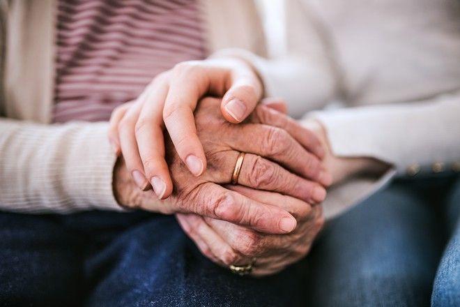 Έφηβη κρατά το χέρι της γιαγιάς της