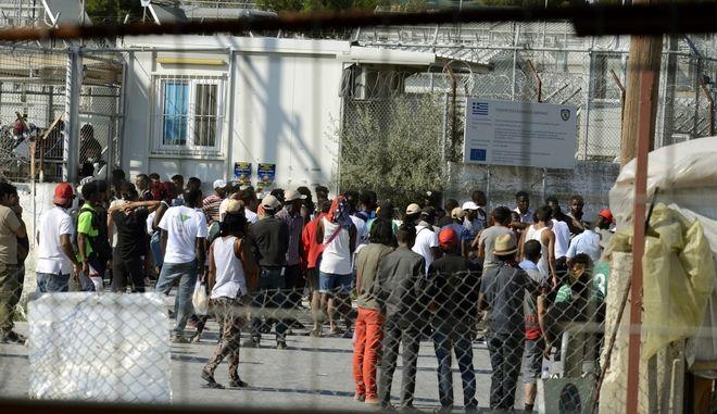 Συμπλοκές μεταξύ ομάδων μεταναστών και προσφύγων με τις ισχυρές αστυνομικές δυνάμεις που έκαναν επέμβαση στο κέντρο καταγραφής στην Μόρια