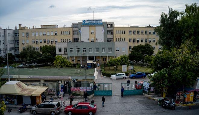 Σοκ στη Νίκαια: Επίθεση σε 64χρονη με καυστικό υγρό έξω από το νοσοκομείο