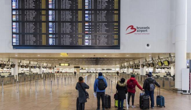 Επιβάτες στο άδειο λόγω απεργίας αεροδρόμιο του Ζάβεντεμ στις Βρυξέλλες
