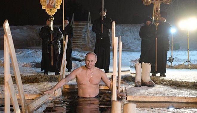 Ο Πούτιν βούτηξε σε παγωμένη λίμνη για τα Θεοφάνεια
