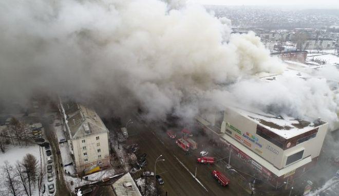 Πυρκαγιά σε εμπορικό κέντρο στη Σιβηρία (Russian Ministry for Emergency Situations photo via AP)