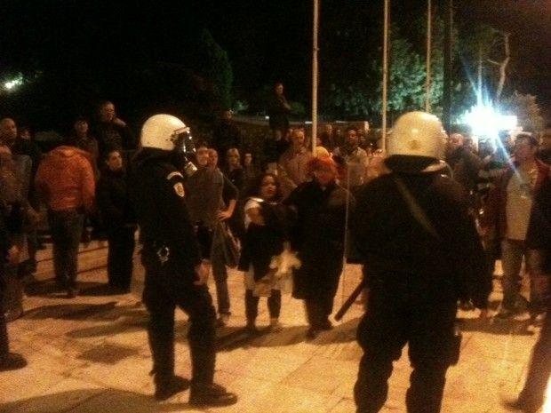 Ένταση στο Σύνταγμα: Η ΕΛ.ΑΣ. διώχνει τους Αγανακτισμένους από τη Βασ. Αμαλίας