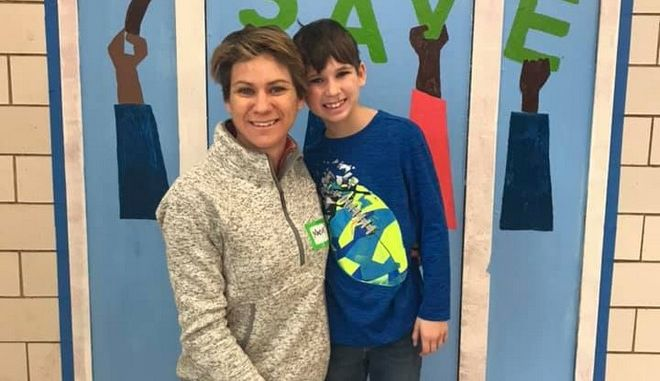 Η Μέιβ Κένεντι Μακκίν μαζί με τον 8χρονο γιο της