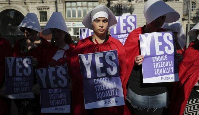"""Ηχηρό """"Ναι"""" από τους Ιρλανδούς στη νομιμοποίηση των αμβλώσεων"""