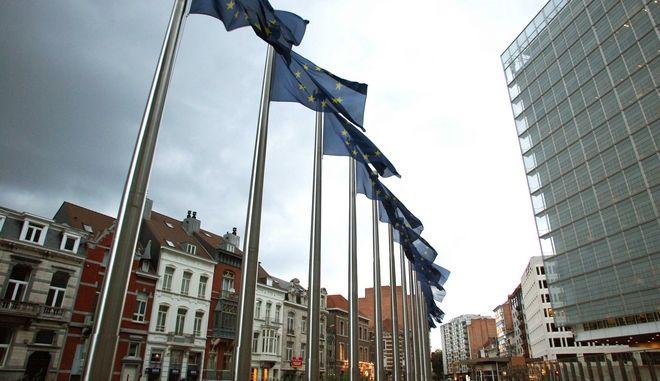 Στιγμιότυπο από τις Βρυξέλλες με φόντο το κτίριο της Κομισιόν