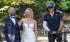 """Μητσοτάκης: Έκανε βόλτα με το ποδήλατο στο Τατόι και """"διέκοψε"""" γαμήλια φωτογράφιση"""