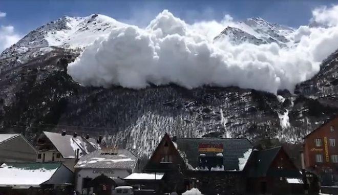 Βίντεο: Η τρομακτική στιγμή που χιονοστιβάδα κατηφορίζει σε χωριό