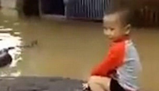 Καβάλα στον πύθωνα: Παιδάκι παίζει με το 6μετρο κατοικίδιο της οικογένειας