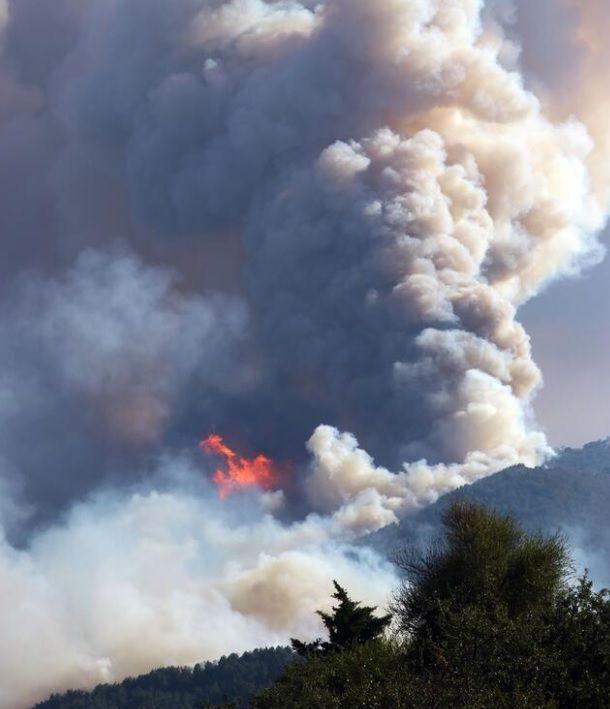 Φωτιά στα παράλια της Τουρκίας σκοτεινιάζει τον ουρανό στη Σάμο