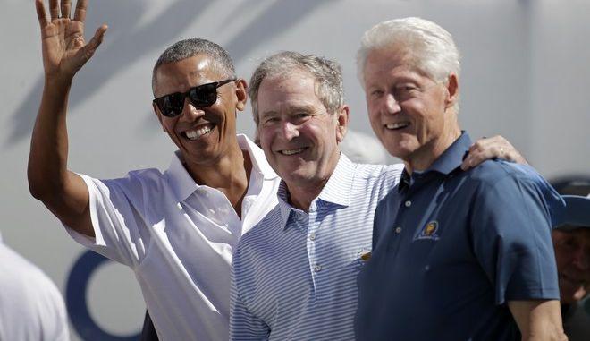 Οι πρώην πρόεδροι των ΗΠΑ, Μπαράκ Ομπάμα, Τζορτζ Μπους και Μπιλ Κλίντον