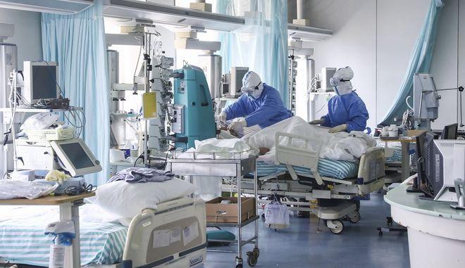 Γιατροί περιθάλπουν ασθενείς που έχουν μολυνθεί από τον κοροναϊό