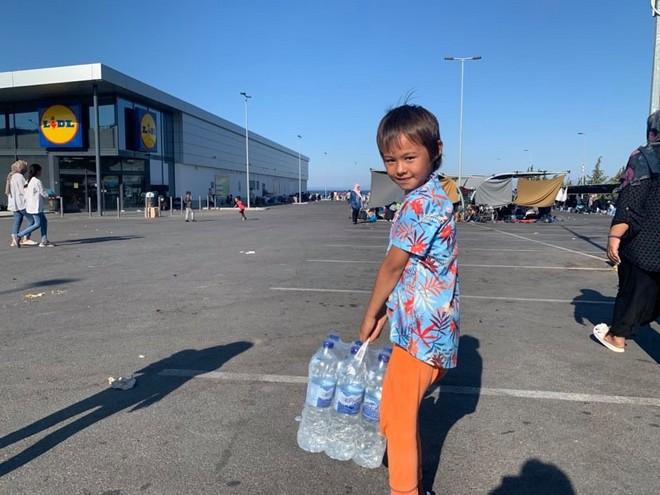 Μόρια: Ουρές κάτω από τον ήλιο για φαγητό και ένα μπουκάλι νερό