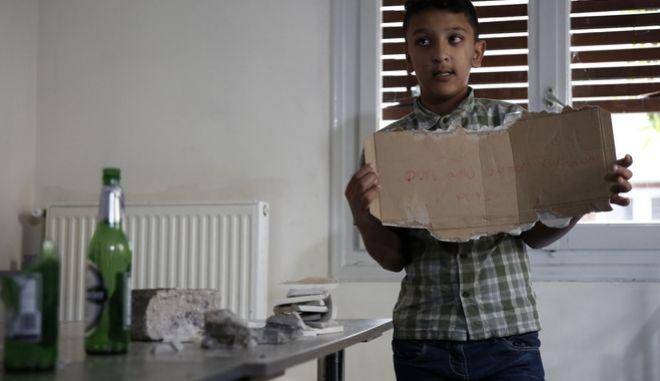 Άγνωστοι επιτέθηκαν τα ξημερώματα στο σπίτι της οικογένειας του αφγανού μαθητή που είχε κληρωθεί σημαιοφόρος στην παρέλαση της 28ης Οκτωβρίου, Παρασκευή 3 Νοέμβρη 2017. (EUROKINISSI / Δήμος Αθηναίων)