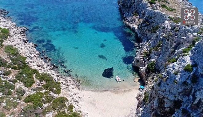 Το ελληνικό νησί σε σχήμα κροκόδειλου με το ναυάγιο και την εξωτική παραλία