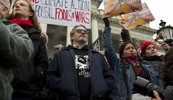Ο Χοακίν Φίνιξ σε διαδήλωση έξω από το Καπιτώλιο στην Ουάσινγκτον για την κλιματική αλλαγή