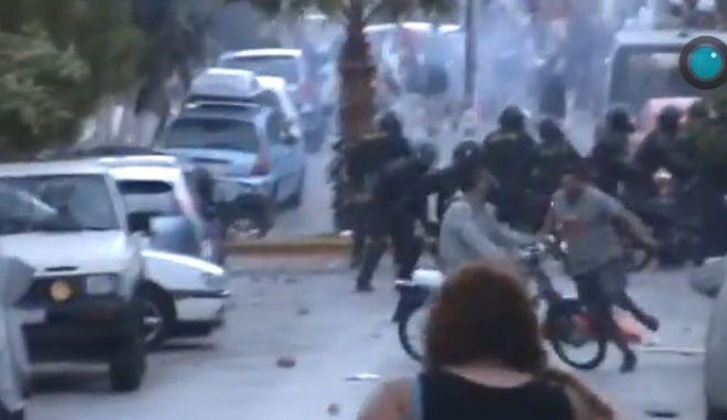 Βίντεο: Άνδρας σε μηχανάκι, πατάει διαδηλωτή
