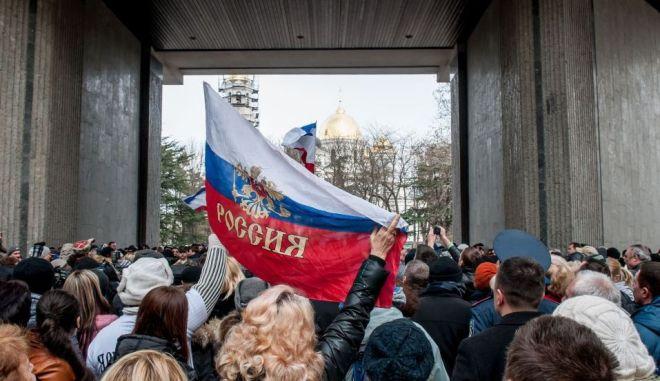 LIVE ΕΙΚΟΝΑ: Φάντασμα εμφυλίου πάνω από την Ουκρανία. Σε κατάσταση μάχης ρωσικά αεροσκάφη. Ένοπλοι μπήκαν στο κοινοβούλιο της Κριμαίας