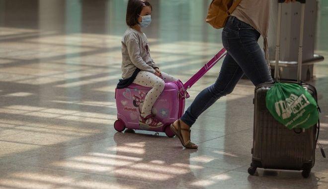 Τουρίστες σε αεροδρόμιο.
