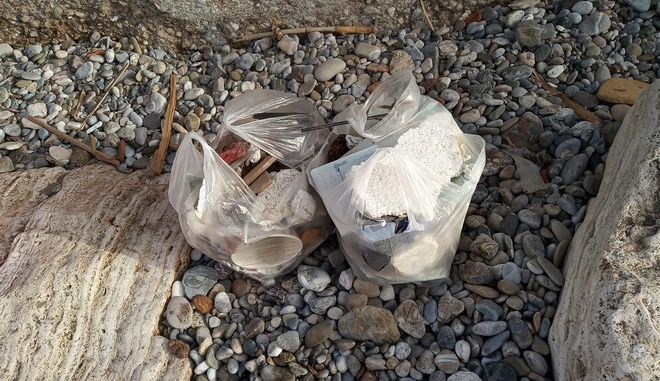 Θεσσαλονίκη: Εθελοντές μάζεψαν σκουπίδια 680 λίτρων από παραλία της πόλης