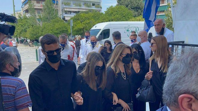 Η Άντζελα Γκερέκου και η κόρη του Τόλη Βοσκόπουλου, Μαρία, στην κηδεία του σπουδαίου λαϊκού τραγουδιστή