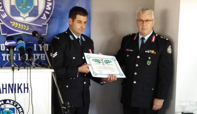 Τιμήθηκε με μετάλλιο ο αστυνομικός που είχε τραυματίσει ο Μαζιώτης στο Μοναστηράκι