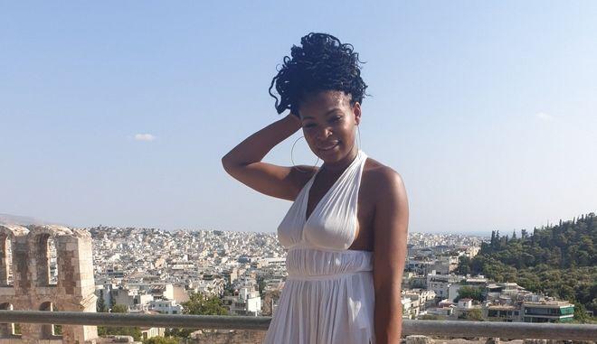 """""""Δεν σήκωσα το φόρεμα!"""": Βρετανίδα blogger συνελήφθη στο Μουσείο Ακρόπολης - Μιλάει για ρατσισμό"""