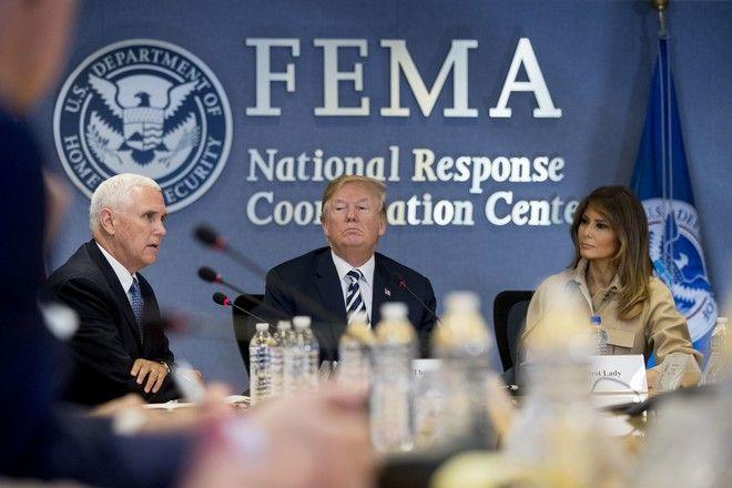 Το ζεύγος Ντόναλντ-Μελάνια Τραμπ μαζί με τον αντιπρόεδρο των ΗΠΑ, Μάικ Πενς