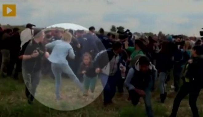 Απολύθηκε η εικονολήπτρια που έβαλε τρικλοποδιά σε πρόσφυγα. Νέο βίντεο τη δείχνει να κλωτσά δύο παιδάκια