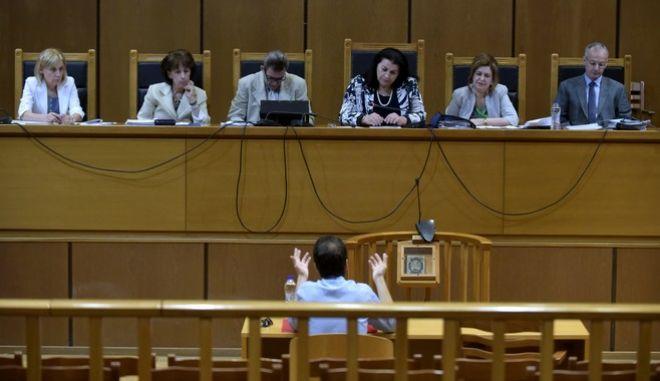 """Κατάθεση του Γιάννη Μπασκάκη δημοσιογράφου της """"Εφημερίδας των Συντακτών"""", στην δίκη της """"Χρυσής Αυγής"""" την Τρίτη 4 Ιουλίου 2017. (EUROKINISSI/ΤΑΤΙΑΝΑ ΜΠΟΛΑΡΗ)"""