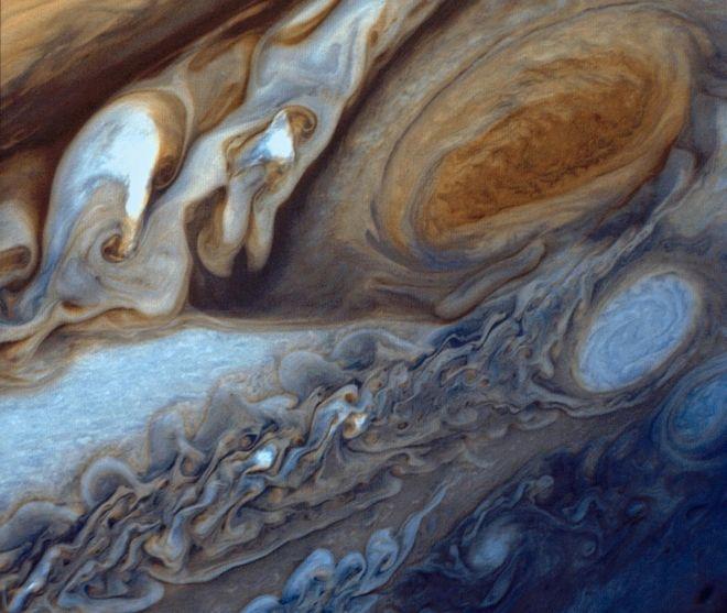 Εντυπωσιακά καρέ: Ο Juno πάνω από το 'κόκκινο μάτι' του Δία