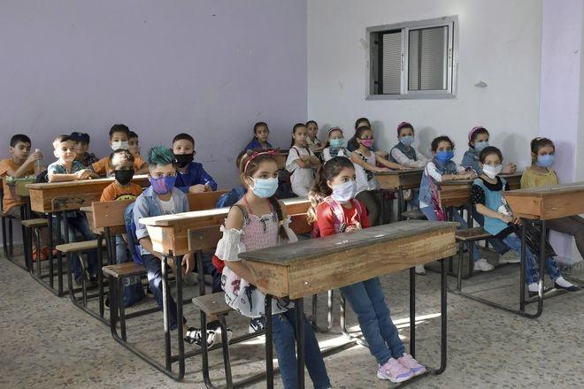 Μαθητές παρακολουθούν ένα μάθημα την πρώτη τους μέρα πίσω στο σχολείο, στην επαρχία Hama, Συρία, Κυριακή, 13 Σεπτεμβρίου 2020. Περισσότεροι από 3 εκατομμύρια μαθητές πήγαν στο σχολείο σε κυβερνητικές περιοχές εν μέσω αυστηρών μέτρων για την πρόληψη της εξάπλωσης του κορονοϊού.