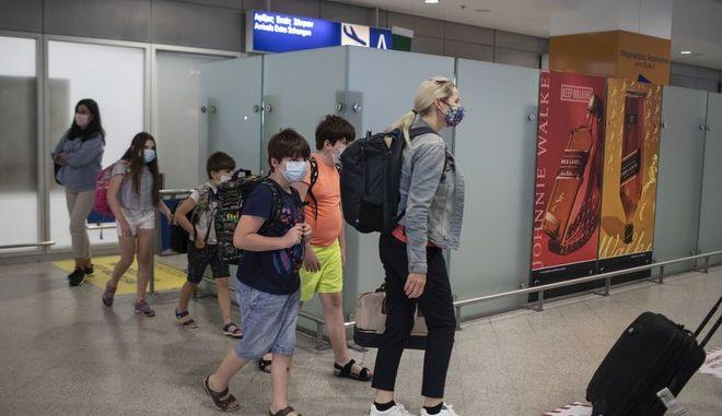 """Τουρίστες στο Αεροδρόμιο """"Ελευθέριο Βενιζέλος"""""""