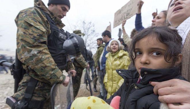 Έκλεισε η ουδέτερη ζώνη στην Ειδομένη. Σε θερμαινόμενες σκηνές οι πρόσφυγες