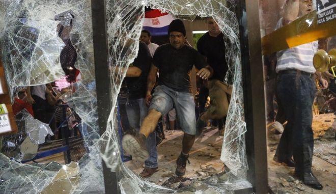Παραγουάη: Διαδηλωτές κατέλαβαν το Κογκρέσο και επιχείρησαν να το πυρπολήσουν