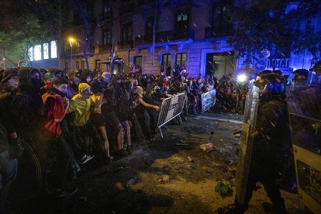 Διαδηλωτές έναντι της αστυνομίας στην Βαρκελώνη