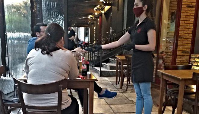 Χαμόγελα μέσα από μάσκες: H δύσκολη (και αναγκαία) επιστροφή των εστιατορίων