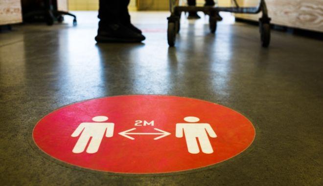 Κορονοϊός: Ανατροπή - Τα 2 μέτρα απόστασης σε εσωτερικούς χώρους δεν φτάνουν