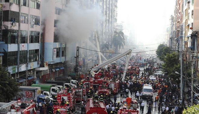 Δεκάδες πυροσβεστικά οχήματα έχουν σπεύει στο σημείο.