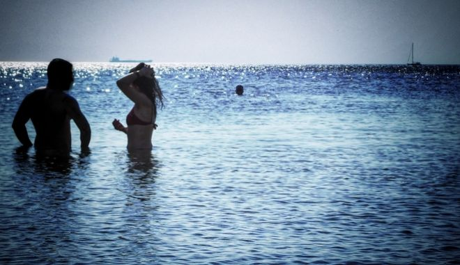 Για ορισμένους ο καιρός έχει ζεστάνει τόσο που είναι ιδανικός για μια βουτιά στη θάλασσα