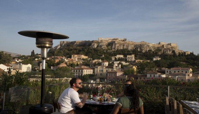 Τουρίστες με θέα την Ακρόπολη