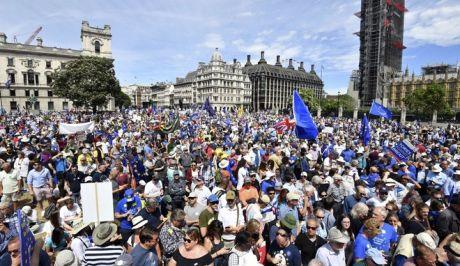 Στους δρόμους 100.000 Βρετανοί